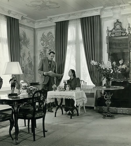 The Lunts at breakfast in the Great Parlor